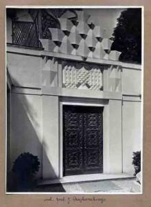 """Pawilon stoi na wystawie """"Sztuka wszędzie. Akademia Sztuk Pięknych w Warszawie 1904–1944"""" '12"""